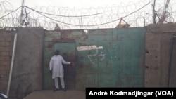 L'entrée principale de la maison d'arrêt de N'Djamena, Tchad, le 17 février 2017. (VOA/André Kodmadjingar)