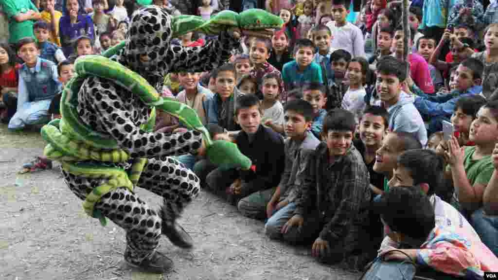 نمایش یکی از اعضای گروه سرکس برای سرگرم ساختن اطفال کابل
