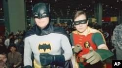 Los actores Adam West y Burt Ward vestidos como Batman y Robin.