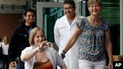 Cô Erika Brannock rời bệnh viện trên chiếc xe lăn, 7 tuần sau vụ nổ bom