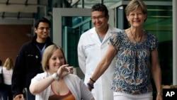 Guru TK, Erika Brannock, dengan menggunakan kursi roda, keluar dari rumah sakit Boston hari Senin (3/6).