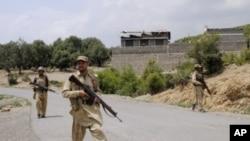 Tentara Pakistan melakukan patroli di kawasan kesukuan di barat laut Pakistan (foto: dok). 8 tentara Pakistan tewas akibat bom pinggir jalan, Kamis (28/6).