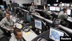 Pessoal do Comando de Operações Espaciais da Força Aérea e Centro de Segurança na Base da Força Aérea no Colorado