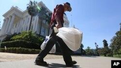 No más bolsas de plástico contaminantes en California.