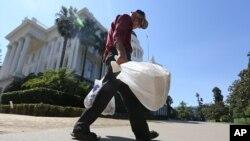 جمع آوری کیسه های پلاستیکی یکبار مصرف - ساکرامنتو، کالیفرنیا، مرداد ۱۳۹۳