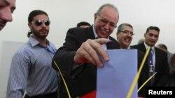 7일 리비아 트리폴리에서 투표하는 압두라힘 엘-카이브 총리.