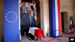 Selon le souhait de son épouse Bernadette, Jacques Chirac, sera inhumé au cimetière parisien du Montparnasse dans le caveau où repose leur fille aînée Laurence, décédée en 2016.