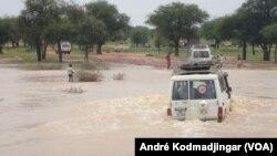 Tim media menyeberangi sungai Ouaddi, Chad untuk mencapai anggota masyarakat yang menderita kolera, 21 September. (VOA/André Kodmadjingar)