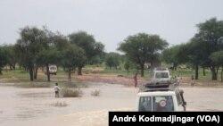 Une équipe médicale du MSF traverse les Ouaddi pour atteindre les communautés atteintes par le choléra, au Tchad, 21 septembre 2017. (VOA/André Kodmadjingar)