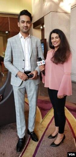 وائس آف امریکہ کی نمائندہ سعدیہ زیب رانجھا اداکار علی سفینہ کے ساتھ