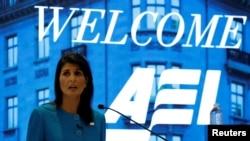 니키 헤일리 유엔주재 미국대사가 5일 워싱턴의 민간단체 미국기업연구소에서 열린 행사에서 이란 핵 합의에 관해 언급하고 있다.