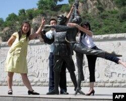 长征广场上的《白毛女》雕塑及游客