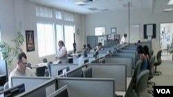 U biroima za zapošljavanje, nezaposleni radnici na kompjuterima ispunjavaju prijave za novi posao