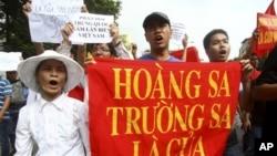 Chuyến tàu chở du khách đầu tiên của Trung Quốc đến Hoàng Sa đã ra khơi hôm chủ nhật 28 tháng Tư, bất chấp sự phản đối của Việt Nam.