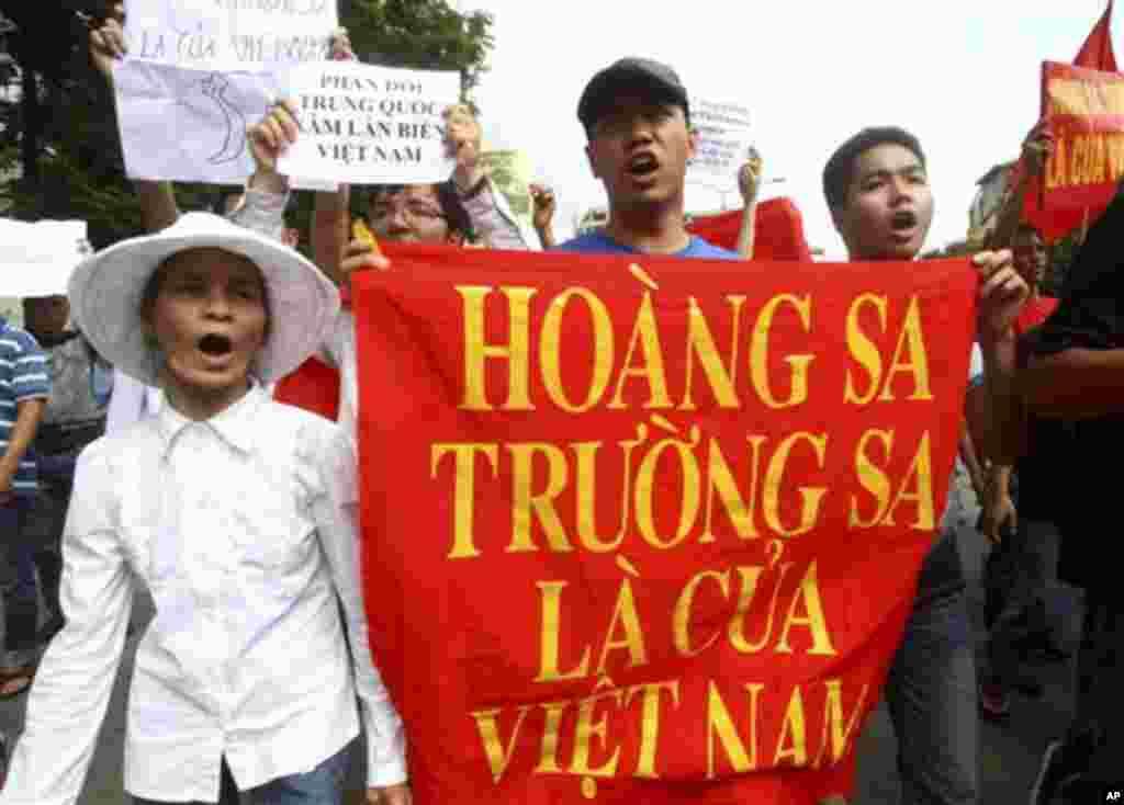 "Demonstran Vietnam memegang spanduk bertuliskan ""Kepulauan Paracel dan Spratly milik Vietnam dalam protes menuntut Tiongkok agar menjauh dari wilayah yang diklaim milik Vietnam (foto: Dok)."