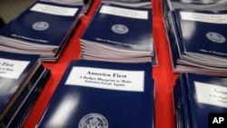 2017年3月16日美國政府印刷局展示的川普政府的第一份預算案