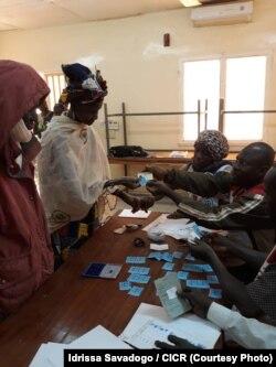 Distribution de coupons alimentaires à 5 000 personnes dans le Soum, au nord du Burkina Faso, le 26 mars 2017. (Idrissa Savadogo / CICR)