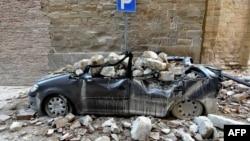 意大利卡梅里诺上星期发生两次地震后一辆遭损毁的汽车。