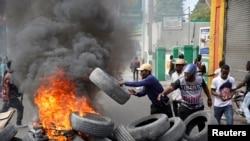 Manifestan k ap enstale yon barikad dife pandan yon manifestasyon nan Pòtoprens, Ayiti, 15 janvye 2021. (Foto: REUTERS/Jeanty Junior Augustin).