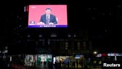 深圳街头一个巨型电视屏幕上播放中国领导人习近平在深圳特区成立40周年纪念会议上讲话。(2020年10月14日)