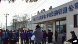 富士康成都廠北區廠房外面,新來的員工等待報到(資料照)
