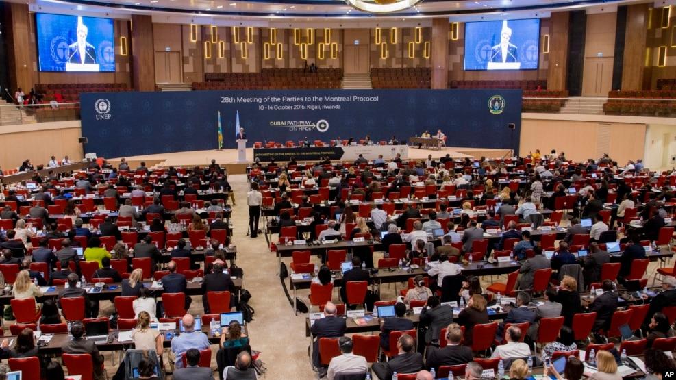 Các thành viên tham dự Hội nghị lần thứ 28 Các bên tham gia Nghị định thư Montreal về các chất phá hủy tầng ozone tại Kigali, Rwanda, ngày 14 tháng 10 năm 2016