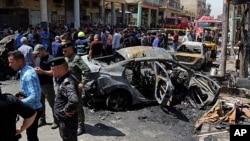 Сили безпеки і цивільні на місці вибуху замінованої машини