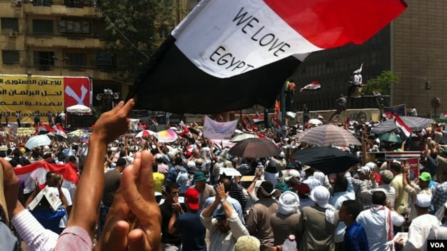 A rally on behalf of the Muslim Brotherhood's Mohamed Morsi on Tahrir Square, Cairo, Egypt, June 24, 2012 (Elizabeth Arrott/VOA)