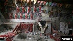 10일 파키스탄 중서부 퀘타시의 인민당 사무실에서 발생한 폭탄 테러 현장에서. 경찰이 증거를 수집하고 있다.