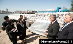 프랭클린 그레이엄 사마리탄스 퍼스 대표가 북한 신의주에서 농작물을 추위로부터 보호하는 데 쓰이는 비닐을 북한 관계자들에게 전달하고 있다. 사진 제공: Samaritan's Purse.
