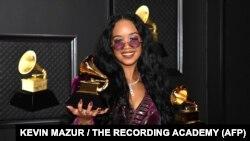 H.E.R peraih penghargaan Grammy untuk Lagu R&B Terbaik dan Lagu Terbaik Tahun Ini berfoto dengan piala Grammy dalam malam penghargaan Grammy di Los Angeles Convention Center, Minggu, 14 Maret 2021, di Los Angeles, California. (Foto: Kevin Mazur / The Recording Academy / AFP)