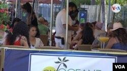 El gobernador de Florida, Ron DeSantis, vetó el servicio de alcohol en los bares de Florida para evitar aglomeraciones ante el aumento de casos.