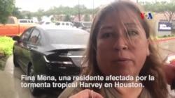 Mujer aplaude visita de Trump a zona afectada por Harvey