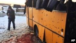 Автобус подвергшийся, вероятно, обстрелу по Волновахой в Донецкой области. 12 человек погибло. 10 – ранены. 13 января 2015 г.
