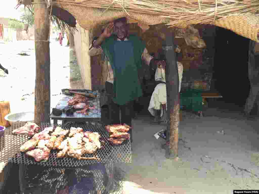 Baba Ali du Niger fait de la viande grillée au bord de la principale voie de Bol, Tchad, 1er avril 2016. (Photo voa Bagassi Koura)