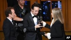 """Barbra Streisand (kanan) memberikan penghargaan musikal terbaik kepada Lin-Manuel Miranda dari """"Hamilton"""" (12/6) di Beacon Theatre, New York."""