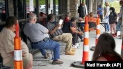 Công nhân thất nghiệp chờ nạp đơn xin việc làm tại Omaha, bang Nebraska, ngày 15/7/2020. (Foto: AP)