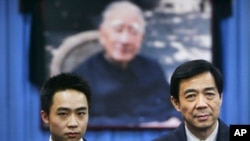 图为薄瓜瓜2007年1月18日与父亲薄熙来在祖父薄一波遗像前
