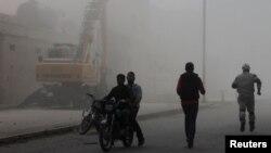 Warga melarikan diri dari lokasi pemboman oleh pasukan pemerintah Suriah di Dahra, Aleppo (20/4). (Reuters/Firas Badawi)