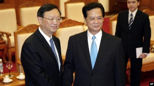 Ủy viên Quốc vụ viện Trung Quốc Dương Khiết Trì và Thủ tướng Việt Nam Nguyễn Tấn Dũng trong cuộc gặp hồi giữa năm ngoái, khi căng thẳng trong quan hệ Việt - Trung dâng cao vì giàn khoan dầu 981.