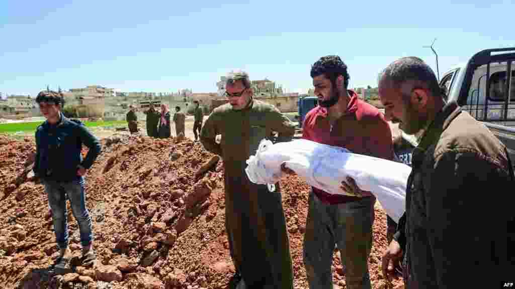 Les Syriens enterrent les corps des victimes de l'attaque présumée chimique à Khan Sheikhun, le 5 avril 2017.