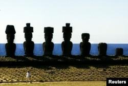 موائی مجسموں کا ایک منظر