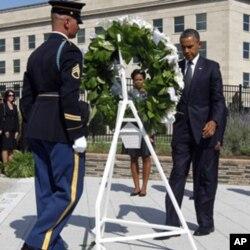 奧巴馬總統及夫人9月11日在五角大樓獻花圈