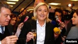Le Front national, parti français d'extrême droite fondé par Jean-Marie Le Pen en 1972 et dirigé depuis 2011 par sa fille Marine Le Pen (au centre, aux côtés de son adjoint Gilbert Collard), est arrivé en tête dans les urnes, dimanche 25 mai, lors des élections européennes de 2014 – Photo d'archives