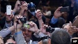 Prisutni se guraju kako bi se približili predsjedniku danas u Floridi, i napravili fotografiju s njim