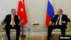 Turski predsednik Redžep Tajip Erdogan razgovara sa ruskim predsednikom Vladimirom Putinom.