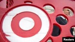 Senator Charles Schumer difoto dari balik troli toko Target saat mengadakan jumpa pers mengenai peretasan kartu kredit 40 juta pelanggan peritel tersebut. (Foto: Dok)