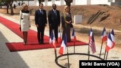 Alassane Ouattara et Emmanuel Macron aux cotés de leurs épouses, lors de l'hommage rendu aux victimes du bombardement du lycée Descartes en 2004, Bouaké, le 22 décembre 2019. (VOA/Siriki Barro)