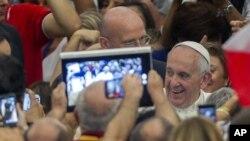 El panorama ahora es distinto en comparación con la última visita papal - la de Benedicto XVI en 2008, donde él no tenía ni cuenta de Twitter a diferencia de Francisco.