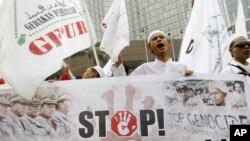 Jakartadagi Birma elchixonasi oldida musulmonlar namoyish o'tkazmoqda. Jakarta, Indoneziya, 13-iyul, 2012-yil.